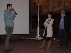 Il regista Koldo Almandoz (Deus et Machina) al momento della premiazione con i giurati Chiara Petruzzelli e Riccardo Gallone.