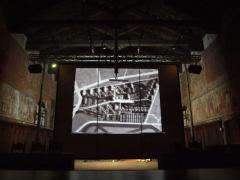 All'Arengo del Broletto la proiezione di Trasmettere l'Architettura: vista retro-schermo.