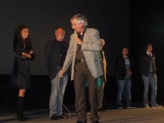 Vanni Vallino con gli attori del suo film Giuliana e il capitano, sul palco del cinema VIP
