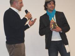 """Roberto Sbaratto premia Samir El Borno per la colonna sonora del cortometraggio """"Stiller See"""" di Lena Liberta."""